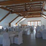 Dvorana pripravljena za poročno večerjo.