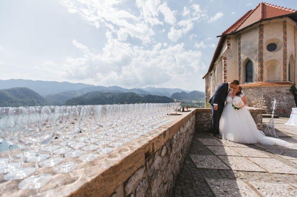 Ženin in nevesta poljub na obzidju